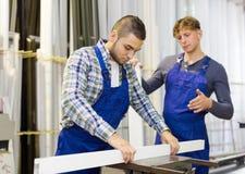Paare von Arbeitern an der Fabrik Stockfoto