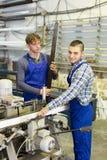 Paare von Arbeitern an der Fabrik Lizenzfreie Stockfotos