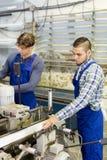 Paare von Arbeitern an der Fabrik Lizenzfreies Stockbild