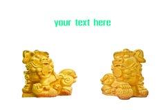 Paare von chinesischen goldenen Löwestatuen Stockbilder