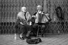 Paare von den alten singenden und spielenden Leuten Stockbild
