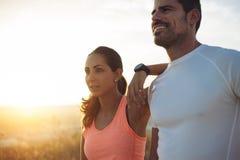 Paare von den Athleten, die eine laufende Pause machen lizenzfreie stockfotos