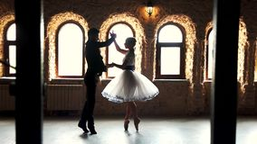 Paare von den Balletttänzern, die im Studio ausbilden stock footage