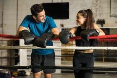 Paare von den Boxern, die eine Pause machen Stockfoto