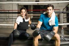 Paare von den Boxern, die eine Pause machen Stockfotos