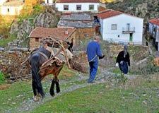 Paare von den Dorfbewohnern, die von der Arbeit auf dem Gebiet, Hurdes, Extremadura, Spanien zurückkommen Lizenzfreie Stockbilder