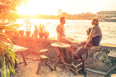 Paare von den Freunden, die bei Sonnenuntergang sprechen lizenzfreies stockbild
