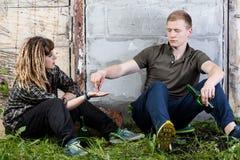 Paare von den Freunden, die Drogen nehmen Stockfotos