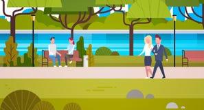 Paare von den Geschäftsleuten, die draußen öffentlich städtischer entspannender Park gehen lizenzfreie abbildung