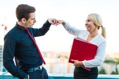 Paare von den Geschäftsmännern, von jungem Brunettemann und junger von Schönheit blond Lizenzfreies Stockbild