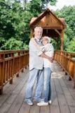 Paare von den glücklichen Pensionären, die Wochenende in ihrem Sommerhaus verbringen lizenzfreies stockfoto