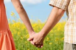 Paare von den Händen, die fest halten Stockbild