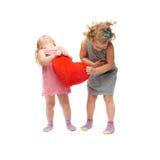 Paare von den jungen kleinen Mädchen, die über lokalisiertem weißem Hintergrund stehen Stockfotografie