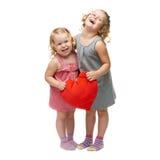 Paare von den jungen kleinen Mädchen, die über lokalisiertem weißem Hintergrund stehen Lizenzfreies Stockfoto