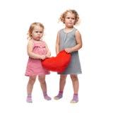Paare von den jungen kleinen Mädchen, die über lokalisiertem weißem Hintergrund stehen Lizenzfreie Stockbilder
