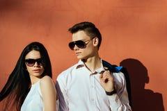 Paare von den jungen Leuten, die Spaß an einem Sommertag haben Lizenzfreies Stockfoto