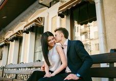 Paare von den jungen Leuten, die Spaß an einem Sommertag haben Lizenzfreie Stockfotos