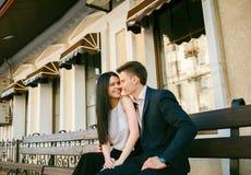 Paare von den jungen Leuten, die Spaß an einem Sommertag haben Lizenzfreie Stockbilder