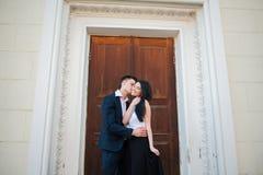 Paare von den jungen Leuten, die Spaß an einem Sommertag haben Lizenzfreies Stockbild
