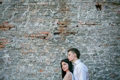 Paare von den jungen Leuten, die Spaß an einem Sommertag haben Stockbild
