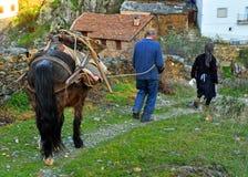 Paare von den Landwirten, die von der Arbeit auf dem Gebiet, Hurdes, Extremadura, Spanien zurückkommen Lizenzfreie Stockbilder