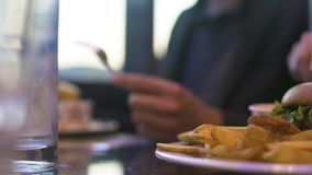 Paare von den Leuten, die ungesunde Fertigkost, am Restaurant, Nahaufnahme zu Abend essend essen stock video footage
