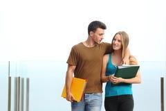 Paare von den Studenten, die in Richtung zur Kamera gehen lizenzfreies stockbild