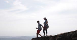 Paare von den Touristen, die Foto der Landschaft von der Gebirgsspitze auf Zellintelligenten Telefonen, jungem Mann und Frauen-Re stock footage