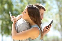 Paare von den umarmenden und betrügenden Betrügern stockbilder