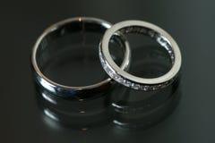 Paare von Eheringen auf grauem Hintergrund Lizenzfreie Stockbilder