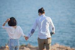 Paare von entspannenden Ferien des jüngeren Mannes und der verliebten Frau übertreffen Lizenzfreie Stockbilder