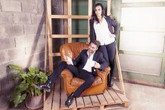 Paare von Geschäftsleuten in den neuen Büros im Bau Lizenzfreies Stockfoto