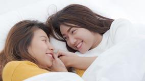 Paare von homosexuellen Frauen auf weißem Bett, Lesben-Asiatinnen sind stockfotografie