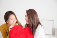 Paare von jungen asiatischen Frauen auf weißem Bett mit Glückmoment, L lizenzfreie stockbilder