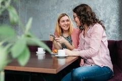 Paare von jungen attraktiven Frauenfreundinnen in einem Streit lizenzfreie stockfotografie