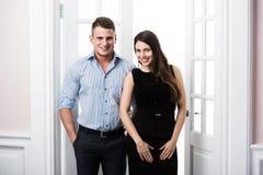 Paare von jungen stilvollen Geschäftsleuten im Eingangsausgangsinnendachbodenbüro Stockbild