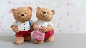 Paare von keramischen Bärnpuppen gehen zur Schule Stockfotos