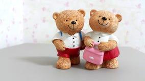 Paare von keramischen Bärnpuppen gehen zur Schule Stockfoto