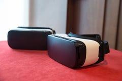 Paare von Kopfhörern der virtuellen Realität lizenzfreie stockbilder