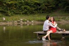Paare von Leuten in der Liebe sitzen auf der Brücke Stockbilder