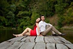 Paare von Liebhaberleuten sitzen zurück zu Rückseite Lizenzfreie Stockfotografie
