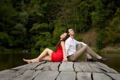 Paare von Liebhaberleuten sitzen zurück zu Rückseite Stockbild