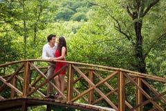 Paare von Liebhabern auf der Brücke Lizenzfreies Stockfoto