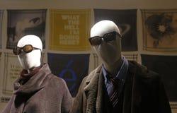 Paare von Mannequins am Schaukasten Lizenzfreie Stockbilder