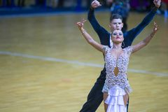 Paare von Michail Maidanyuk- und Olga Shimanskaya Performs Youth Latin-Programm über WDSF-Staatsangehörig-Meisterschaft lizenzfreie stockfotos