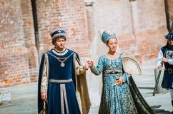 Paare von mittelalterlichen Adligen auf Parade Lizenzfreie Stockfotos