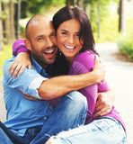 Paare von mittlerem Alter draußen Stockbild