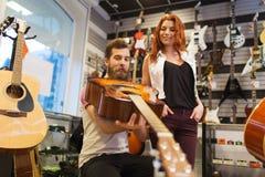 Paare von Musikern mit Gitarre am Musikspeicher Lizenzfreies Stockfoto