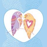 Paare von Papageien in der Liebe mit weißem Herzen auf dem blauen gestreiften Hintergrund Stockbilder
