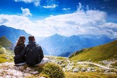 Paare von Reisenden auf einen Berg Mangart, Julian Alps, lizenzfreie stockbilder